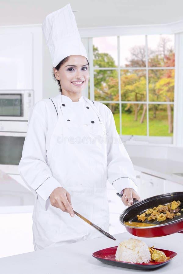 Het Voedsel van chef-kokwoman prepare tasty royalty-vrije stock foto