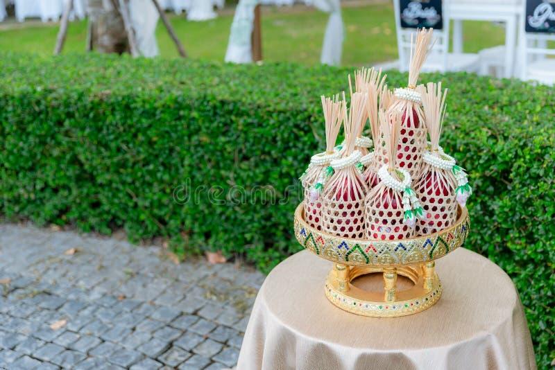 Het voedsel van de aanbieding aan monnik De bruidegom geeft aalmoesvoedsel aan een Boeddhistische monnik in traditionele Thaise h royalty-vrije stock afbeelding