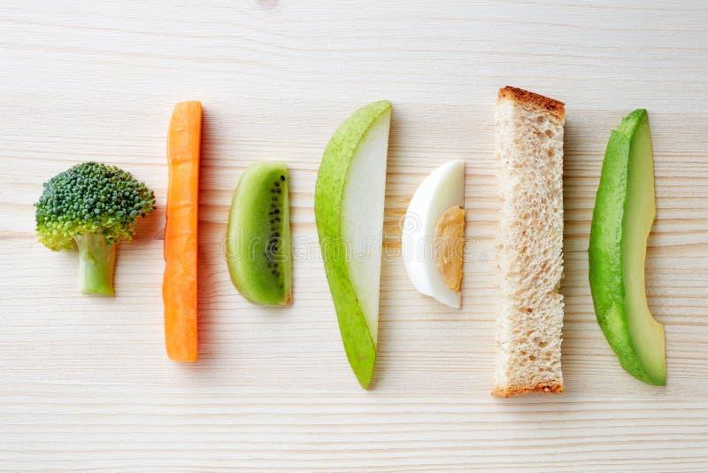 Het voedsel van de babyvinger op houten lijst van hierboven stock foto's