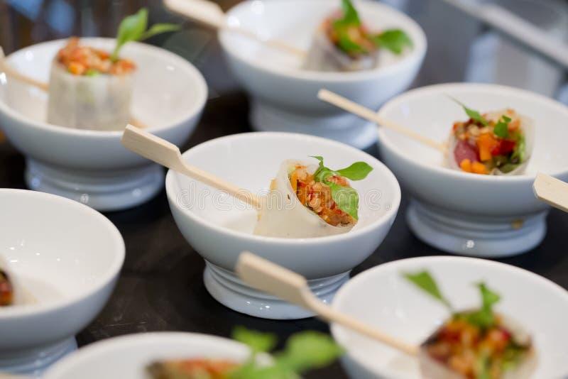 Het voedsel van de buffetstijl in dienbladen - een reeks RESTAURANTbeelden stock foto's