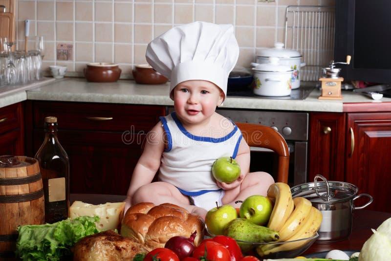 Het voedsel van de jongen stock afbeelding
