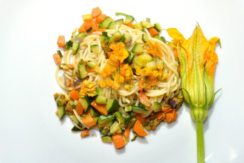 Het voedsel van de veganist: de deegwaren van de pompoenbloesem royalty-vrije stock foto's