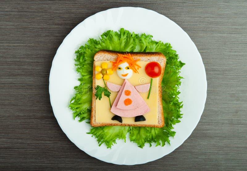 Het voedsel van het ontwerp. Creatieve sandwich voor kind stock foto's