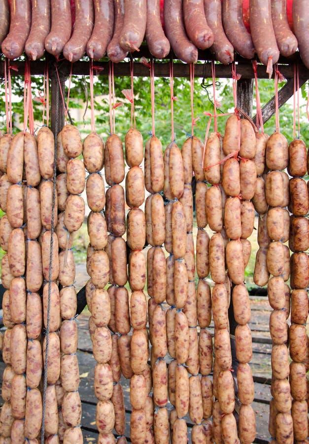 het voedsel van varkensvleesworsten van inwoner in Thailand stock foto's