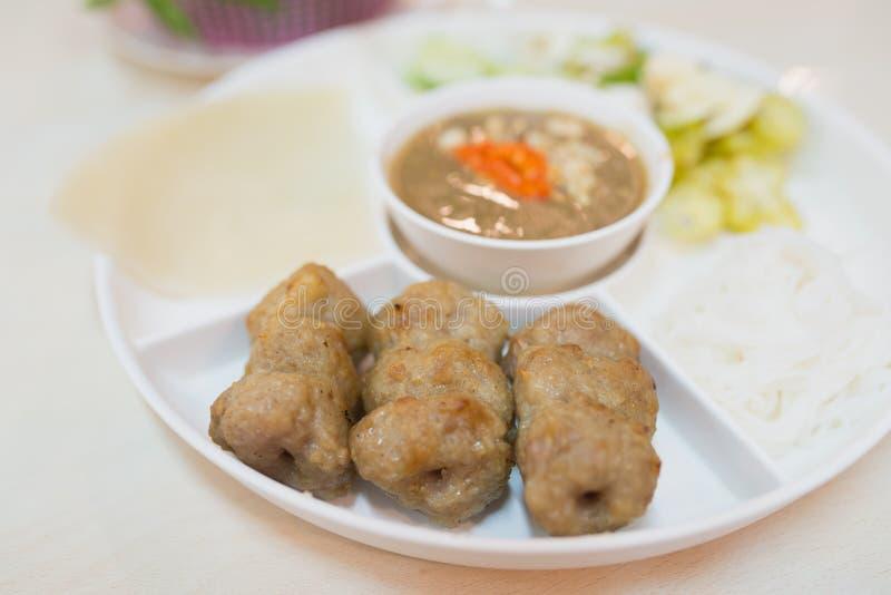 Het voedsel van Vietnam door geroosterd varkensvlees en kruidige saus wordt gemaakt die royalty-vrije stock fotografie
