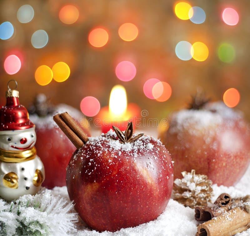Het voedselappelen van Kerstmis op sneeuw royalty-vrije stock afbeeldingen