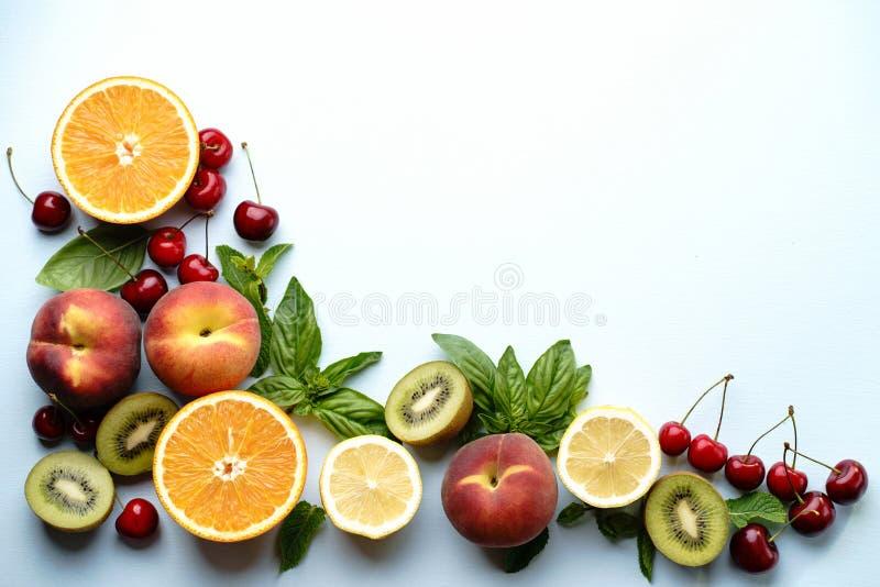 Het voedselconcept, vruchten en bessen van de de zomervitamine stock afbeeldingen