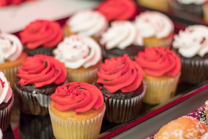 Het voedseldessert van de vakantiepartij cupcakes met rood en wit suikerglazuur royalty-vrije stock foto