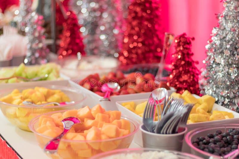 Het voedseldesserts van de vakantiepartij festively met vers fruitaardbeien worden verfraaid, ananas, meloen die stock afbeeldingen