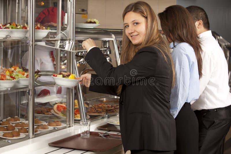 Het voedselvertoning van de buffetzelfbediening stock afbeeldingen