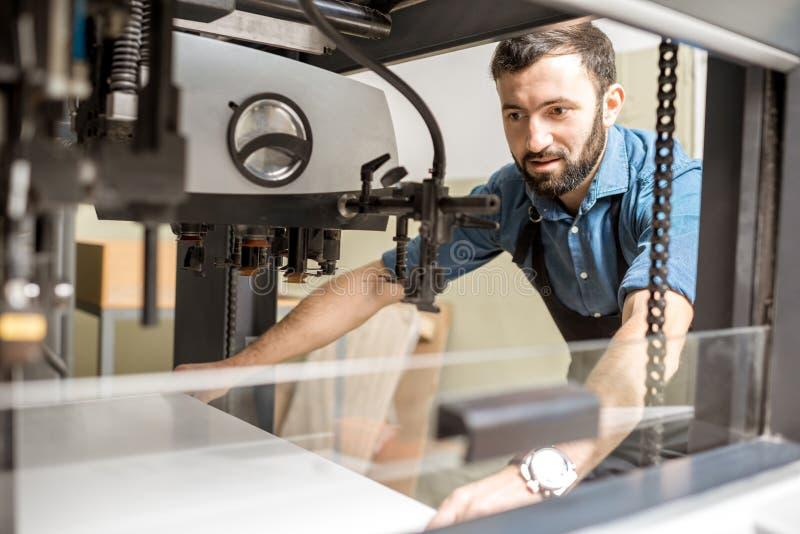 Het voelen van een document in de drukmachine stock foto