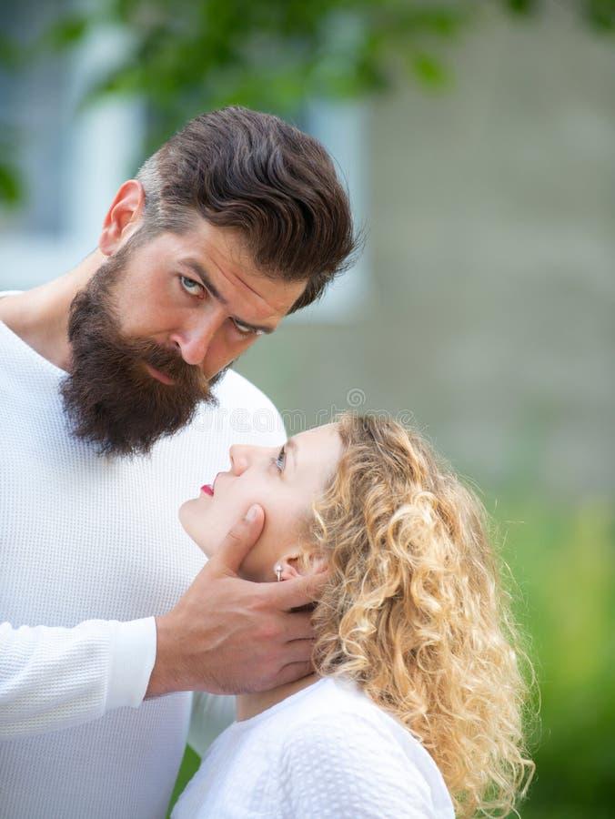 Het voelen van wens Omhels en kus voor paar in liefde Hartstochts het dateren en liefde Mooie jonge sensuele vrouwenliefde stock afbeelding