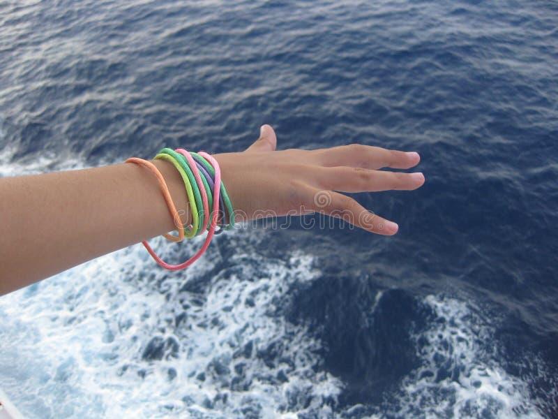 Het voelen van het zeebries tijdens een cruise in het Middellandse-Zeegebied royalty-vrije stock foto's