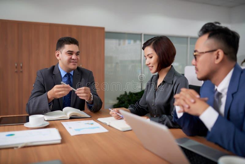 Het voeren van Onderhandelingen met Buitenlandse Partners stock foto