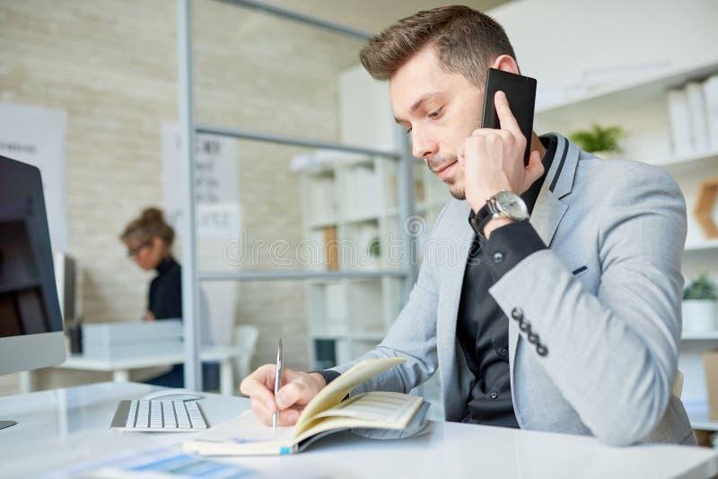 Het voeren van Telefoononderhandelingen met Partner royalty-vrije stock afbeelding
