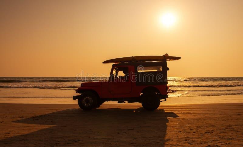 Het voertuig van de brandingsredding op strand bij zonsondergang royalty-vrije stock foto's