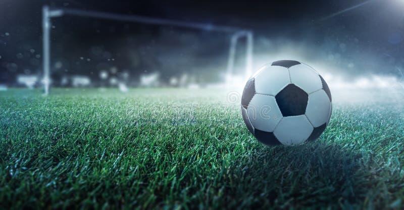 Het voetbal is op het gebied royalty-vrije stock foto's