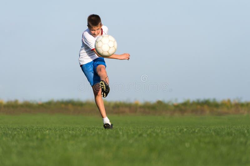 Het voetbal van jonge geitjes royalty-vrije stock afbeelding