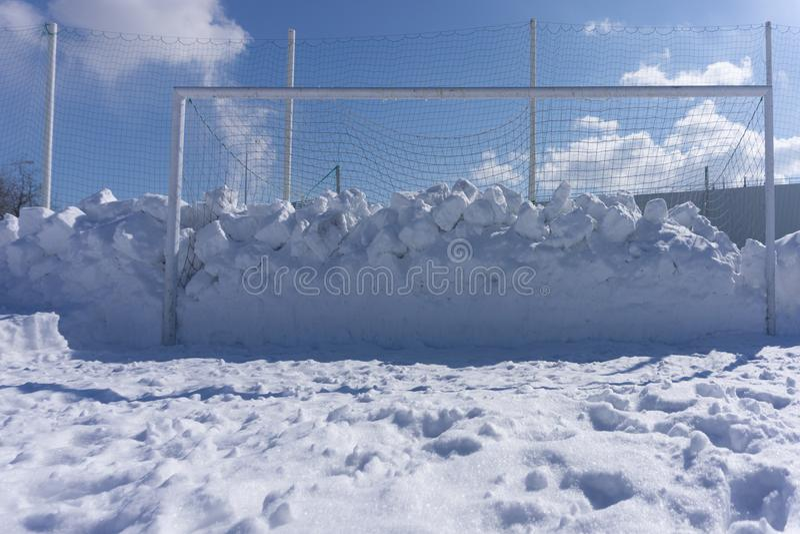 Het voetbalgebied van de voetbalhoogte in de wintersneeuw stock foto