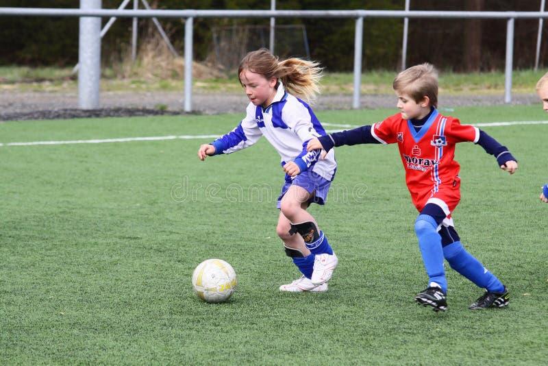 Het voetbalgelijke van jonge geitjes royalty-vrije stock afbeelding