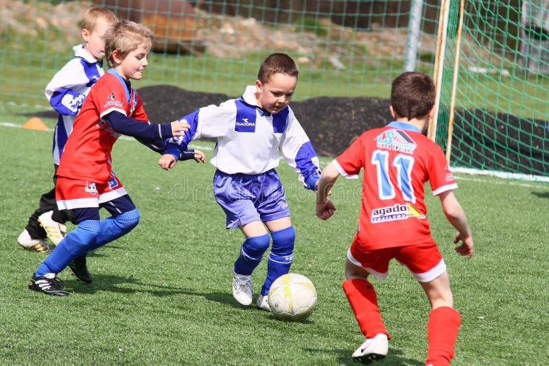 Het voetbalgelijke van jonge geitjes stock afbeeldingen