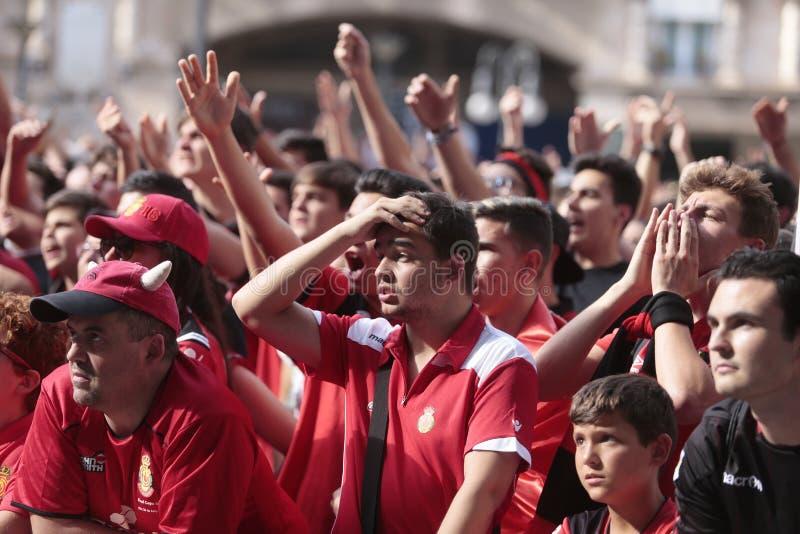 Het voetbalventilators van Mallorca tijdens bevorderingsspel op reuze het schermdetail stock afbeelding