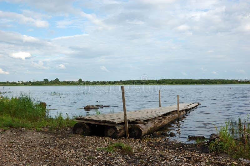 Het voetpad van Planked bij riverbank stock fotografie