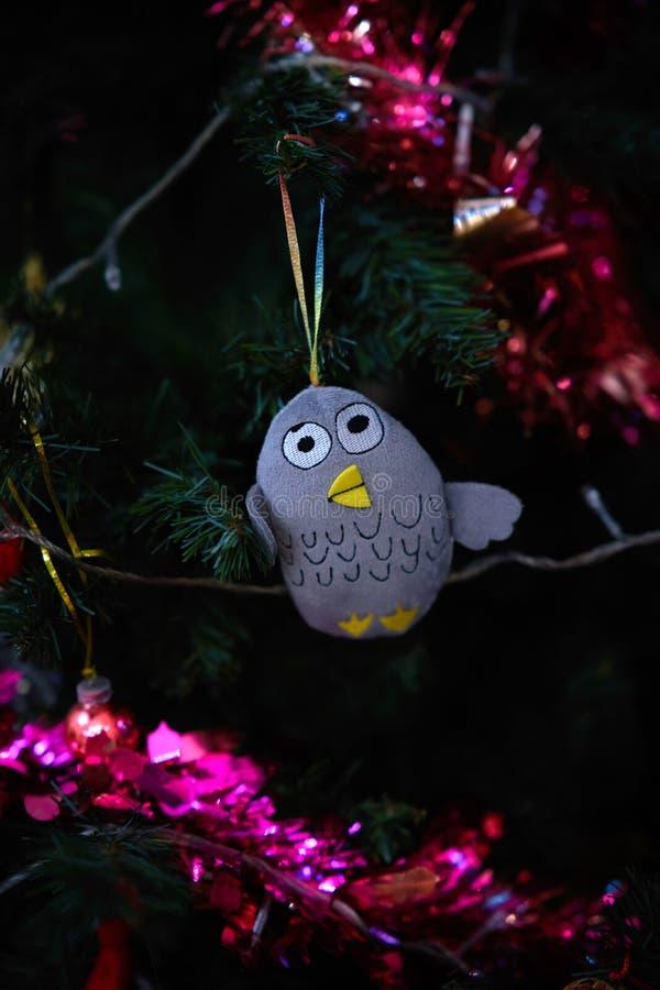 Het vogelornament hangt op de boom van decoratiekerstmis royalty-vrije stock afbeelding