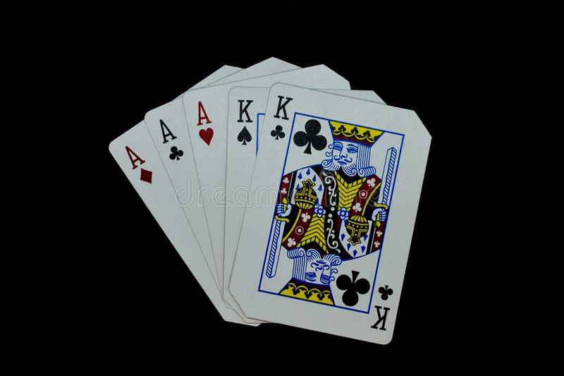 Het volledige hoogtepunt van huisazen van koningen van kaarten in pookspel tegen zwarte achtergrond royalty-vrije stock foto