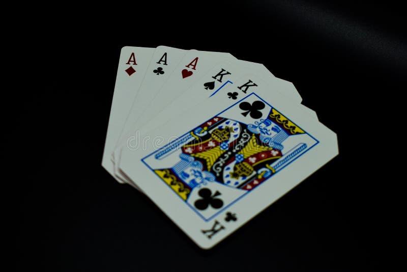 Het volledige hoogtepunt van huisazen van koningen van kaarten in pookspel tegen zwarte achtergrond royalty-vrije stock foto's