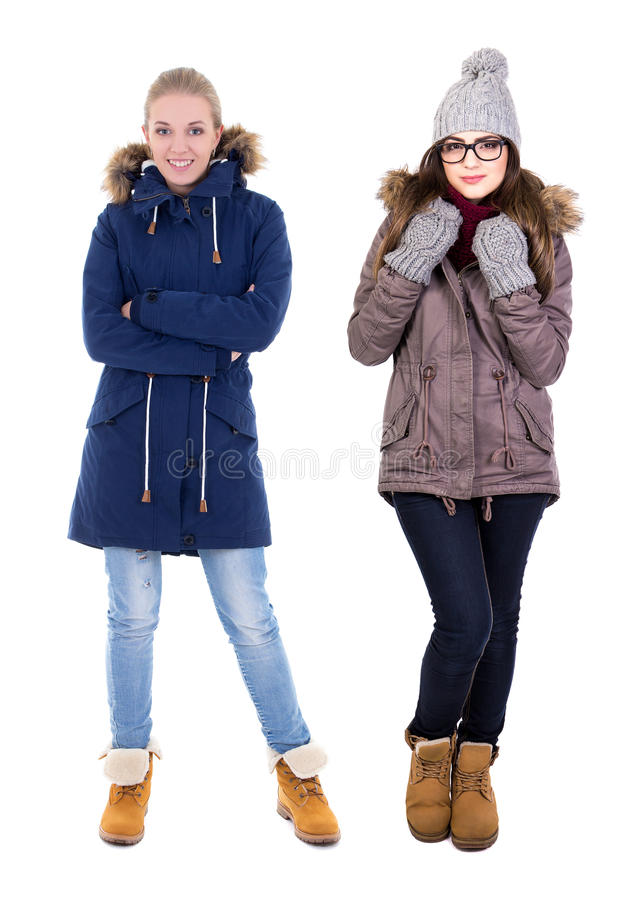 Het volledige lengteportret van twee jonge vrouwen in de winter kleedt zich isolat royalty-vrije stock foto