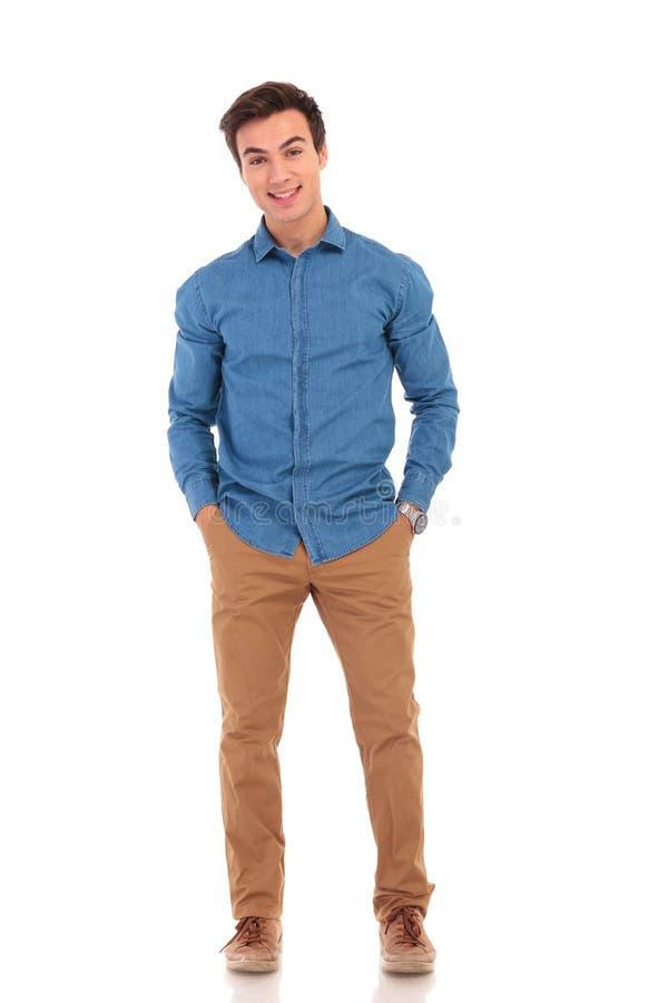 Het volledige lichaamsbeeld van een mens met dient zakken in royalty-vrije stock foto's