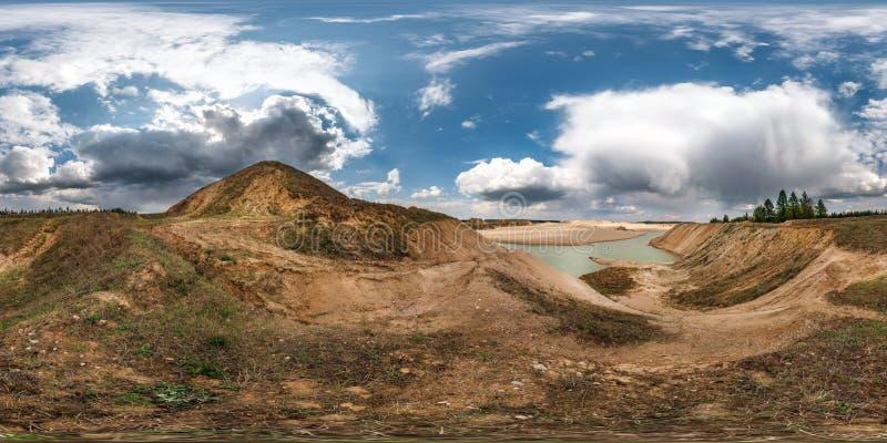 Het volledige naadloze hdripanorama 360 van de hoekgraden mening dichtbij steengroeve overstroomde met water voor de mijnbouw van royalty-vrije stock fotografie