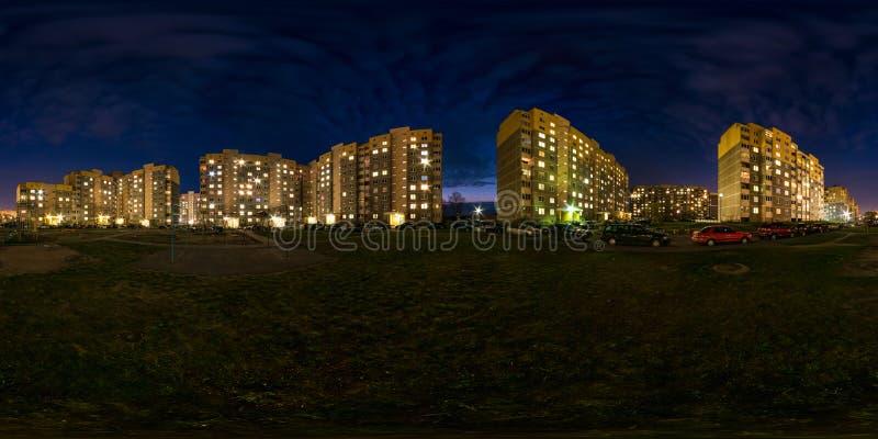 Het volledige naadloze sferische panorama van de hdrinacht 360 graden van de hoekmening het licht in vensters van de bouwgebied m stock foto
