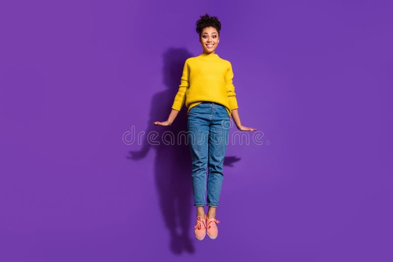 Het volledige portret van de de groottemening van het lengtelichaam van haar zij aardige het charmeren leuke mooie aantrekkelijke stock foto