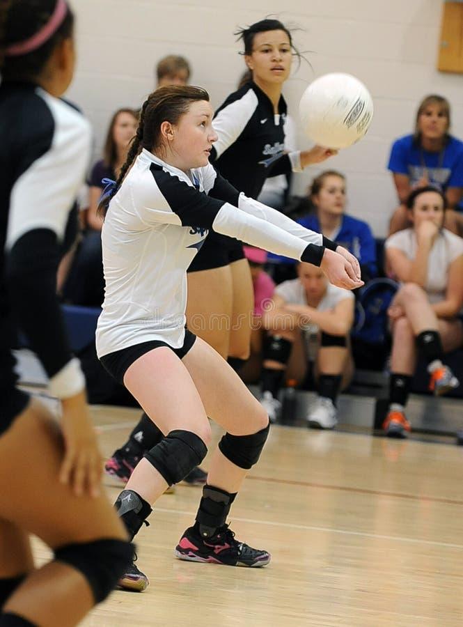 Het Volleyball van de meisjesmiddelbare school royalty-vrije stock afbeelding