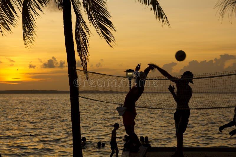 Het volleyball van het strand, zonsondergang op de keerkringen stock fotografie