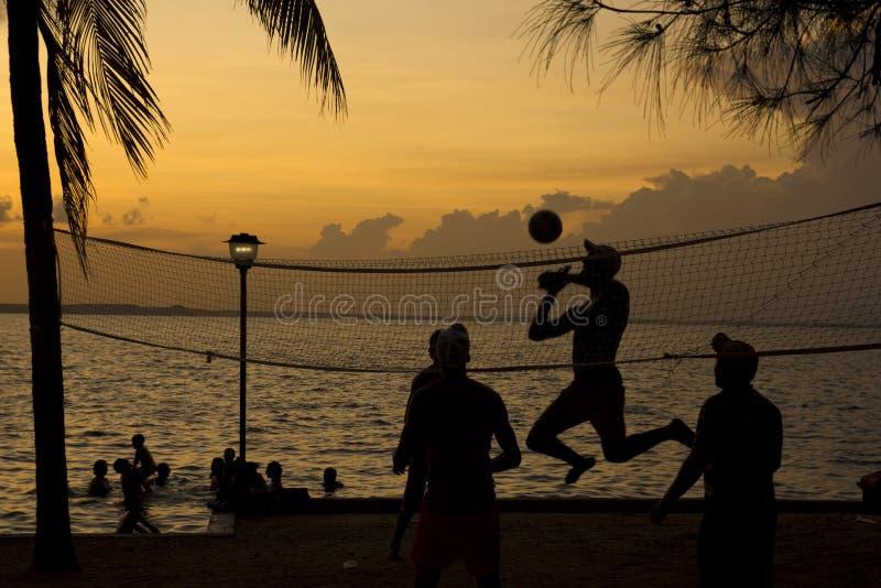 Het volleyball van het strand, zonsondergang op het strand stock fotografie
