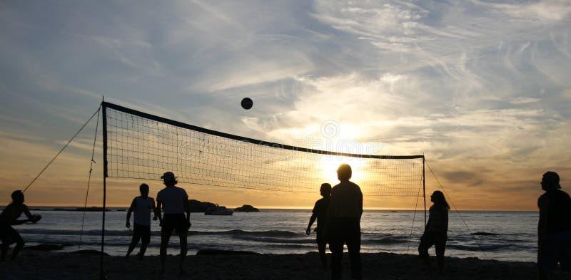 Het volleyballzonsondergang 1 van het strand stock fotografie