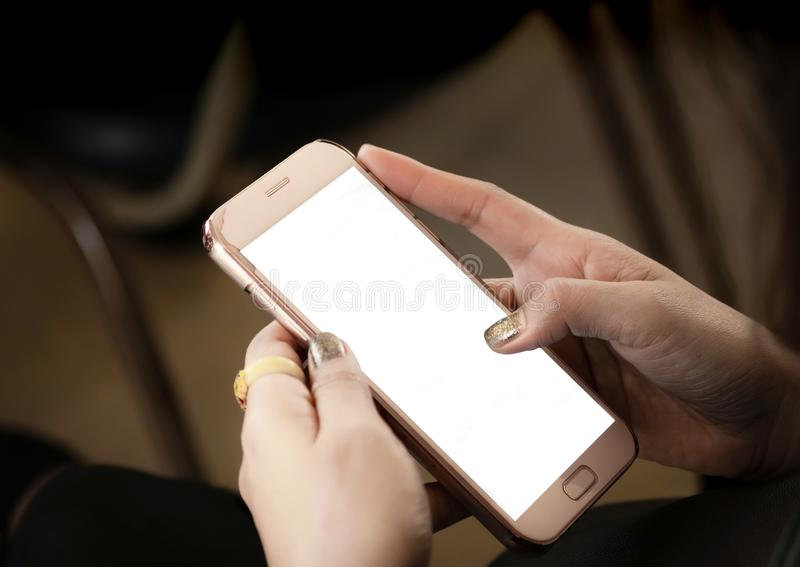 Het volwassen de aanrakings lege scherm van de vrouwenhand van smartphone Vrouwenhand met spijkermanicure en gouden ringsholding  royalty-vrije stock foto
