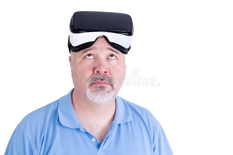 Het volwassen mannetje met virtuele werkelijkheidsglazen kijkt omhoog royalty-vrije stock afbeelding