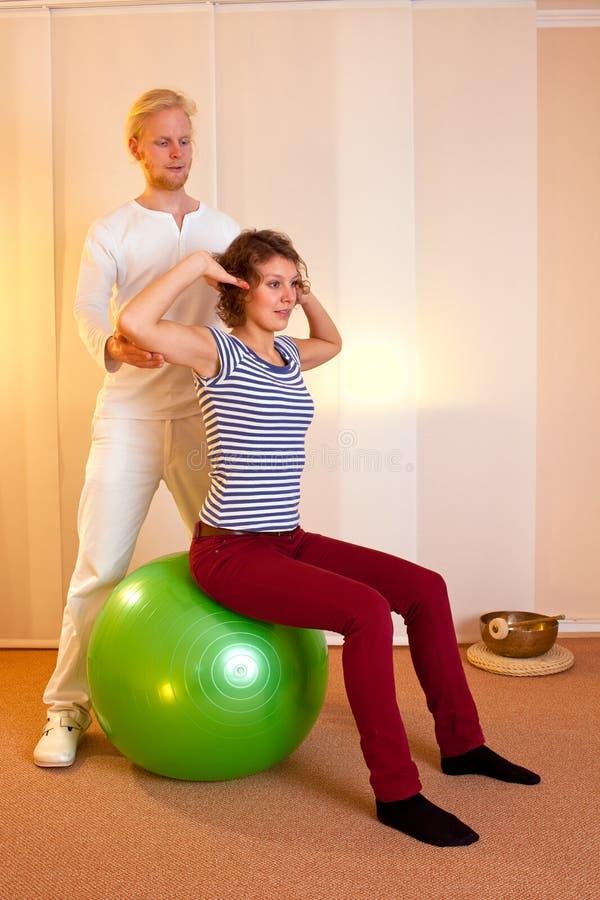 Het volwassen praktizeren stelt op oefeningsbal royalty-vrije stock foto