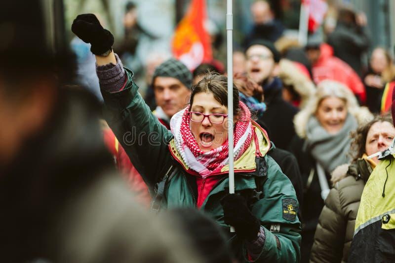 Het volwassen vrouw yeling bij protest tegen de Franse overheid s van Macron stock foto's
