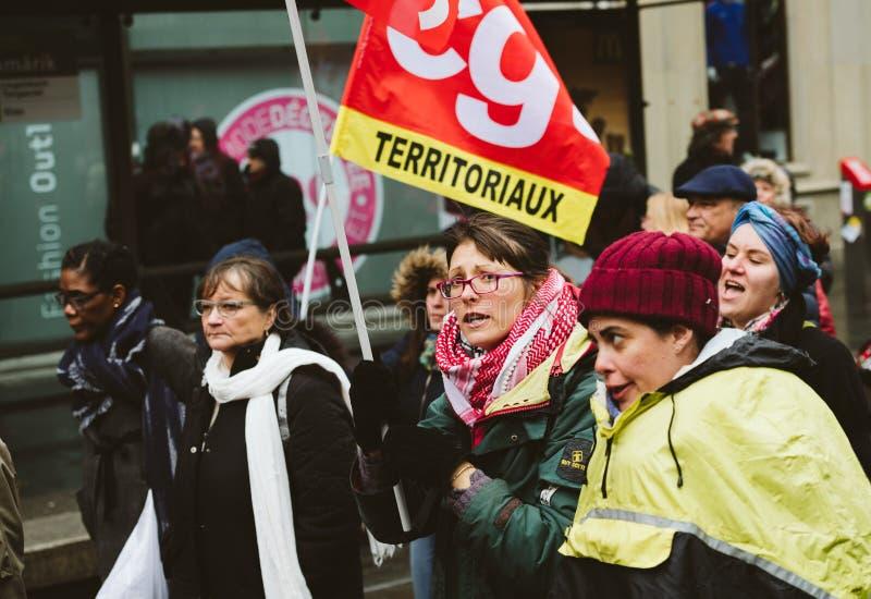 Het volwassen vrouw yeling bij protest tegen de Franse overheid s van Macron royalty-vrije stock foto's