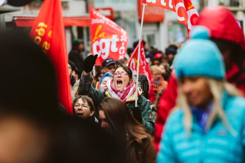 Het volwassen vrouw yeling bij protest tegen de Franse overheid s van Macron stock afbeeldingen