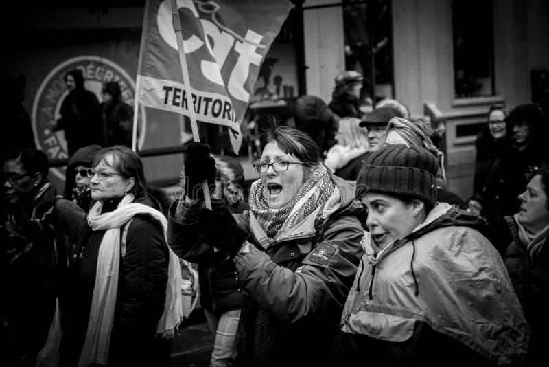 Het volwassen vrouw yeling bij protest tegen de Franse overheid s van Macron royalty-vrije stock foto
