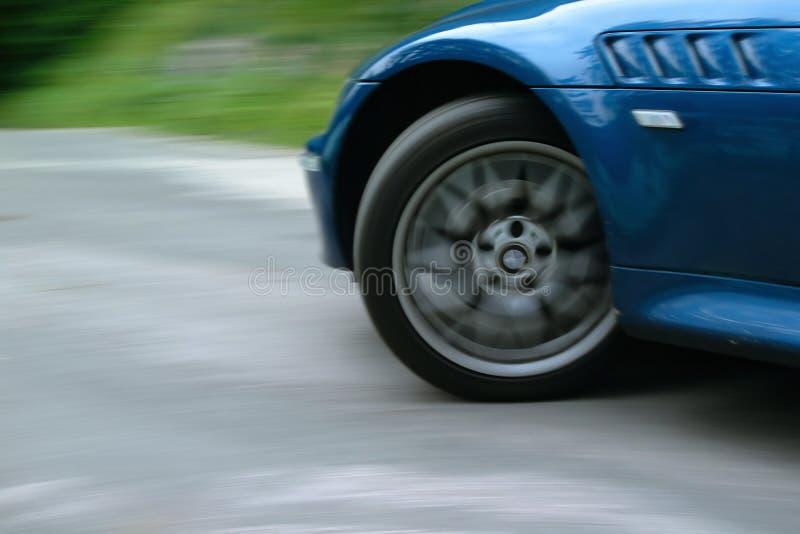 Het voor en wiel dat van de sportwagen spint draait stock foto's