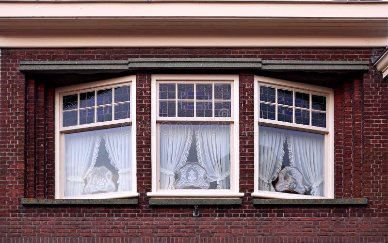 Het voor mooie oude patroon van de huisvoorgevel van rode baksteen met whi royalty-vrije stock afbeelding