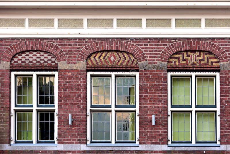 Het voor mooie oude vlakke patroon van de huisvoorgevel van rood baksteenverstand royalty-vrije stock fotografie