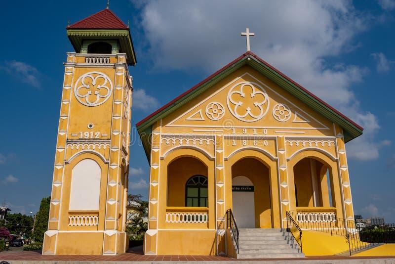 Het vooraanzicht van de mooie kleine kerk op blauwe hemelachtergrond stock foto